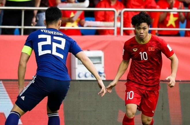 Yoshida truy cản Công Phượng ở Asian Cup 2019