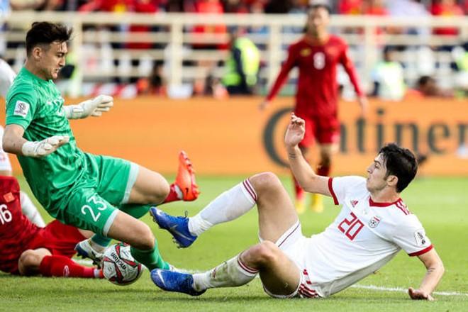Sardar Azmoun (phải) đối mặt với Đặng Văn Lâm ở Asian Cup 2019
