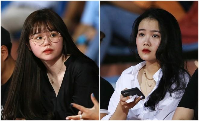 Huỳnh Anh - bạn gái Quang Hải (trái) và Hoàng Anh - bạn gái Văn Hậu trên sân Hàng Đẫy tối 18-6 (Ảnh: Vũ Vy)