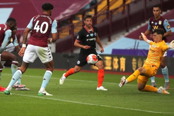 Aston Villa bất ngờ dẫn trước sau tình huống lộn xộn