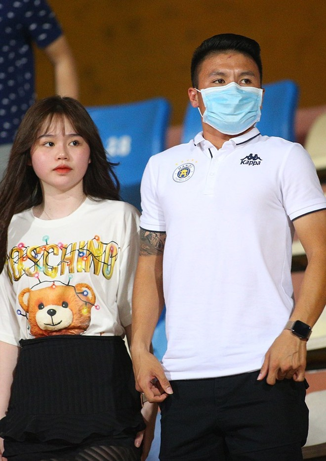 Quang Hải và bạn gái Huỳnh Anh trên khán đài sân Hàng Đẫy