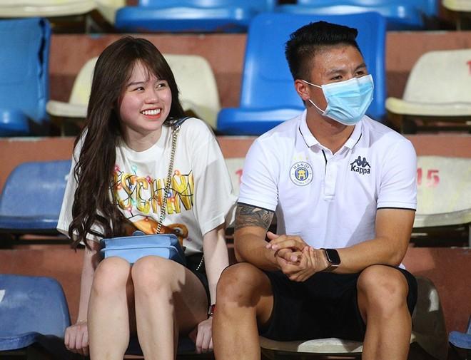 Quang Hải và bạn gái ngồi khán đài nhìn Hà Nội FC thua trận