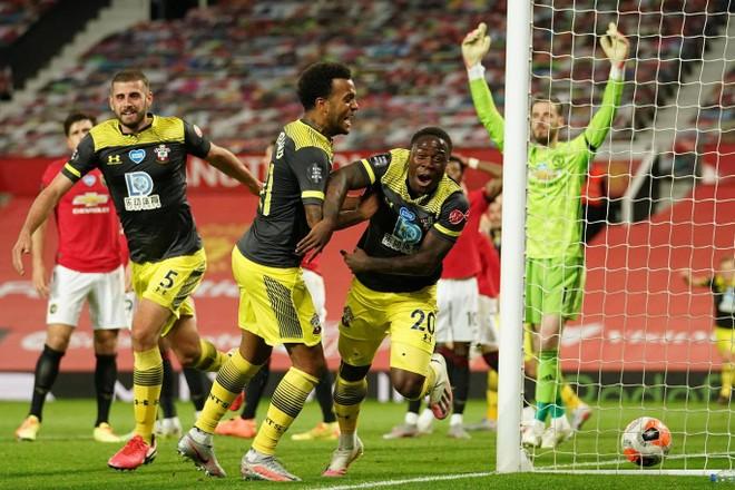 Southampton gỡ hòa ở phút bù giờ thứ 6