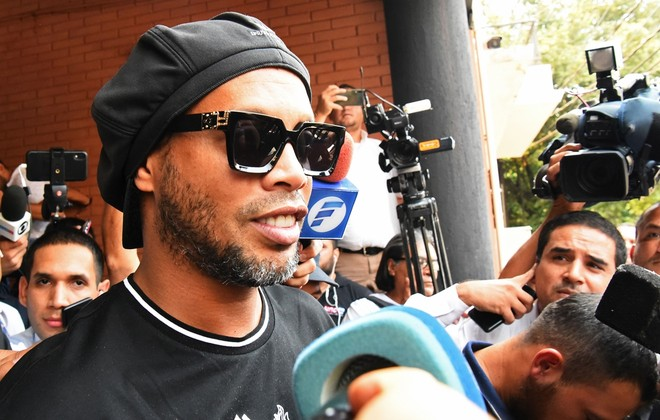 Ronaldinho sắp được trả tự do