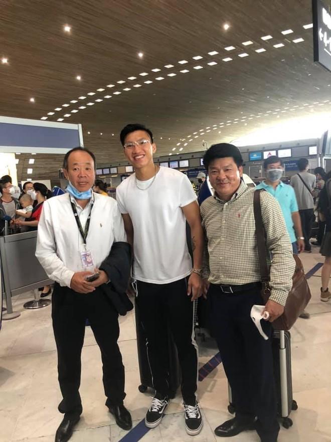 Đoàn Văn Hậu (giữa) ở sân bay tại Pháp trước khi về Việt Nam (Ảnh: FBNV)