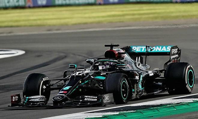 Lốp trái trước của Hamilton gặp sự cố nghiêm trọng