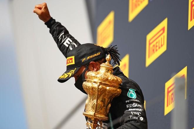 Lewis Hamilton xuất sắc về đích đầu tiên