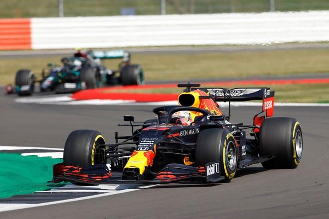 Verstappen chiến thắng ngoạn mục