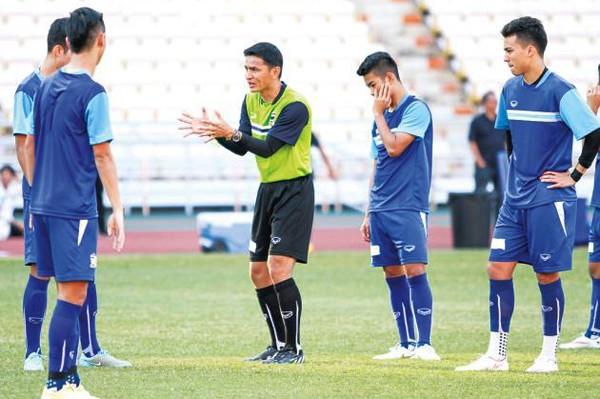 """Triệu tập """"Messi Thái Lan"""", Kiatisuk háo hức so tài cùng Miura ảnh 1"""
