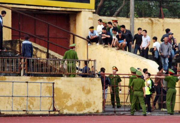 Người Nghệ An leo cây, trèo lên di tích lịch sử xem bóng đá ảnh 6