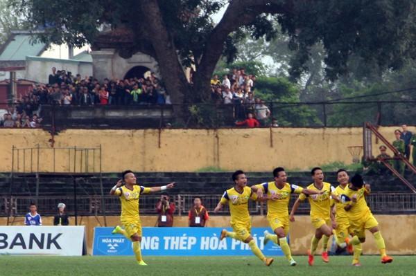 Người Nghệ An leo cây, trèo lên di tích lịch sử xem bóng đá ảnh 4