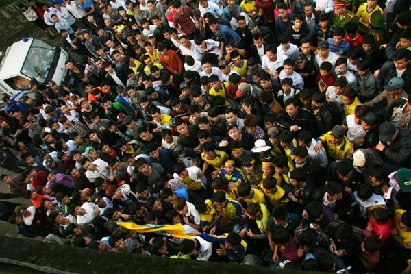 Người Nghệ An leo cây, trèo lên di tích lịch sử xem bóng đá ảnh 5