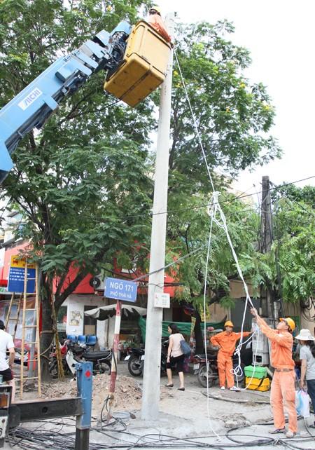 Đường phố Hà Nội một ngày sau giông lốc kinh hoàng ảnh 11