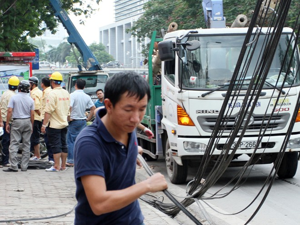 Đường phố Hà Nội một ngày sau giông lốc kinh hoàng ảnh 9