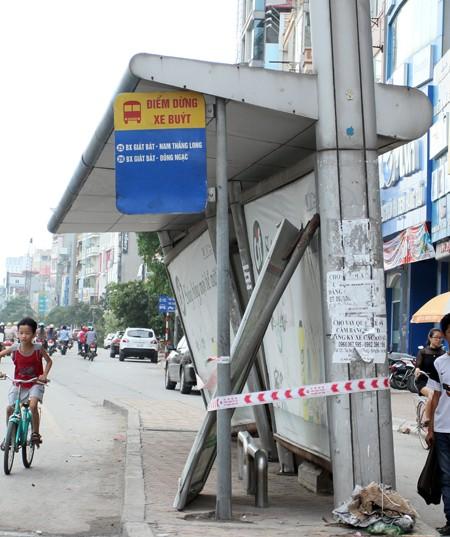 Đường phố Hà Nội một ngày sau giông lốc kinh hoàng ảnh 7