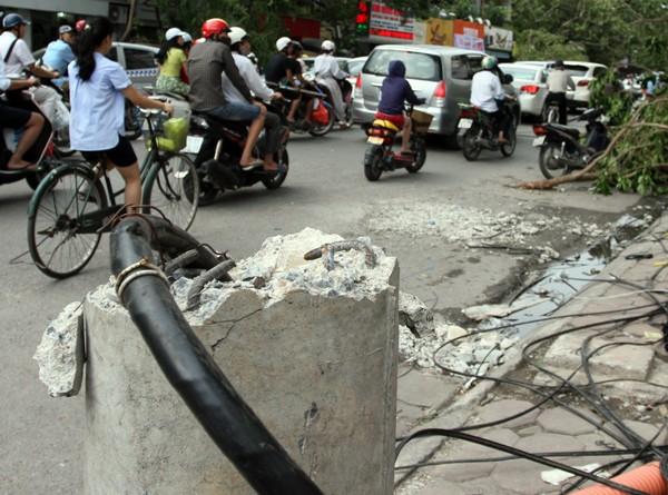 Đường phố Hà Nội một ngày sau giông lốc kinh hoàng ảnh 6