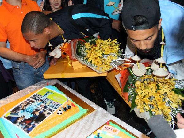 Sao Man City bất ngờ với món quà ngay khi vừa tới Hà Nội ảnh 5