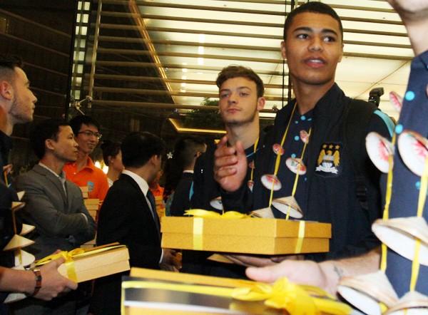 Sao Man City bất ngờ với món quà ngay khi vừa tới Hà Nội ảnh 2
