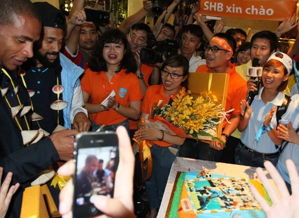 Sao Man City bất ngờ với món quà ngay khi vừa tới Hà Nội ảnh 4