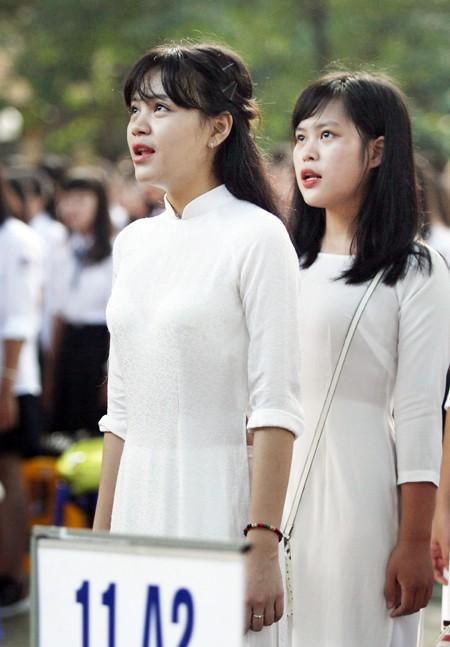 Nữ sinh áo dài tinh khôi dưới nắng vàng ngày khai giảng ảnh 3