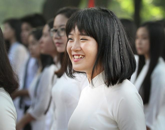 Nữ sinh áo dài tinh khôi dưới nắng vàng ngày khai giảng ảnh 15