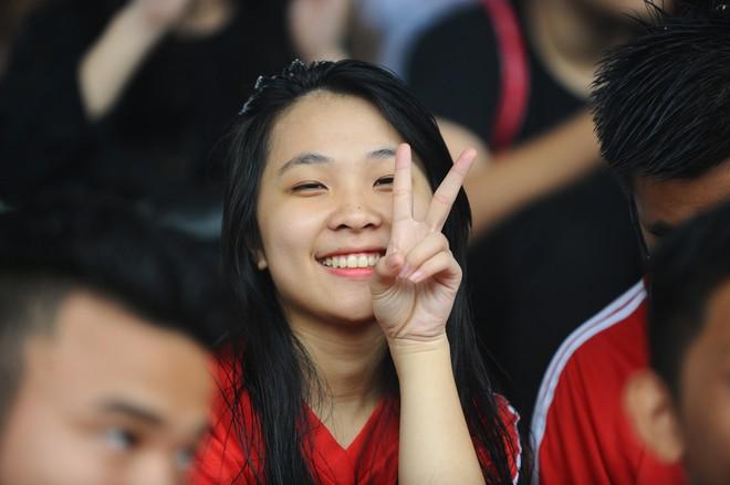 Nữ sinh Hà thành khoe sắc tại giải bóng đá học sinh THPT Hà Nội 2015 ảnh 15