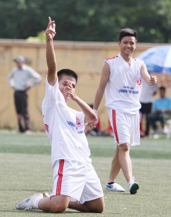 Kết quả, hình ảnh thi đấu ngày 11-11 giải bóng đá học sinh THPT Hà Nội 2015 ảnh 2