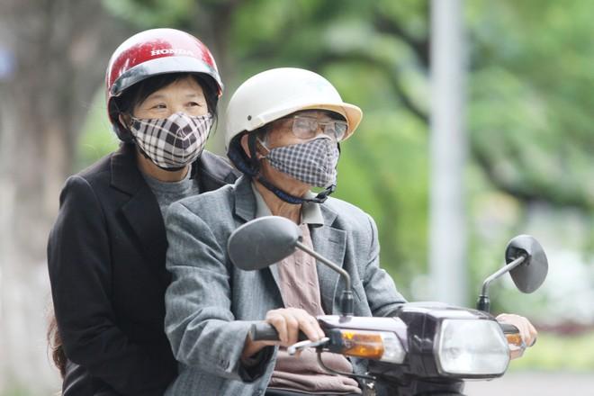 Chùm ảnh: Người Hà Nội co ro trong gió lạnh đầu mùa ảnh 9