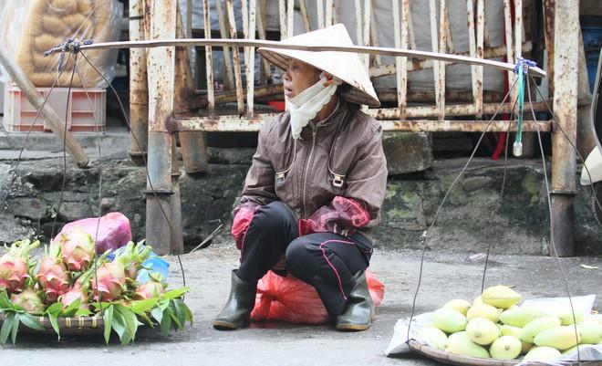 Chùm ảnh: Người Hà Nội co ro trong gió lạnh đầu mùa ảnh 3