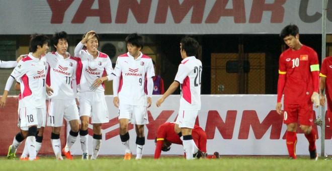 """Công Phượng bị cầu thủ Nhật Bản bám """"như hình với bóng"""" ảnh 13"""