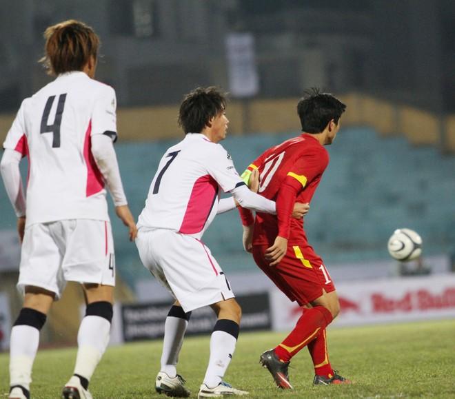 """Công Phượng bị cầu thủ Nhật Bản bám """"như hình với bóng"""" ảnh 3"""