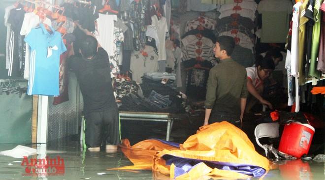 Tiểu thương chợ Nhà Xanh méo mặt, oằn mình cứu hàng hóa sau ngập úng ảnh 14