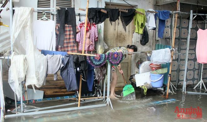 Tiểu thương chợ Nhà Xanh méo mặt, oằn mình cứu hàng hóa sau ngập úng ảnh 11