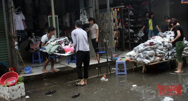 Tiểu thương chợ Nhà Xanh méo mặt, oằn mình cứu hàng hóa sau ngập úng ảnh 12