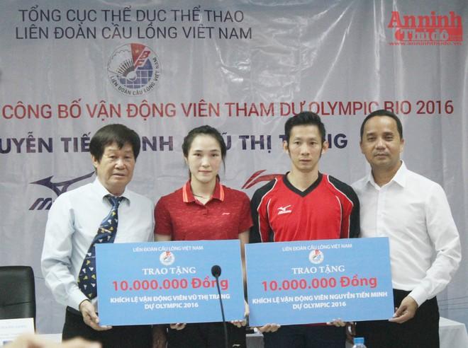 Liên đoàn Cầu lông Việt Nam tặng quà động viên Tiến Minh và Vũ Thị Trang