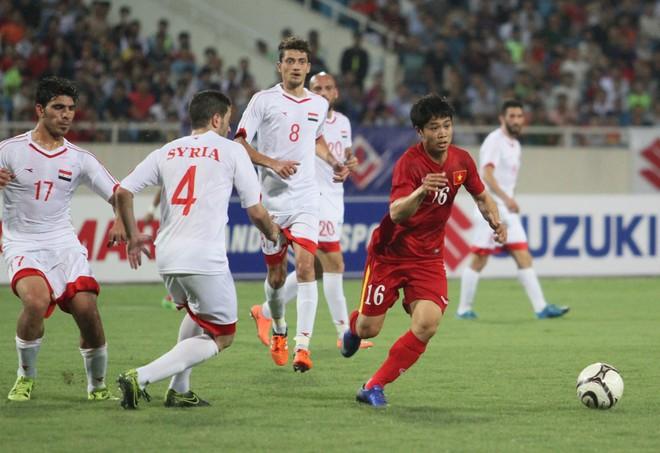 Công Phượng trong một pha bóng thoát khỏi sự đeo bám của 4 cầu thủ Syria