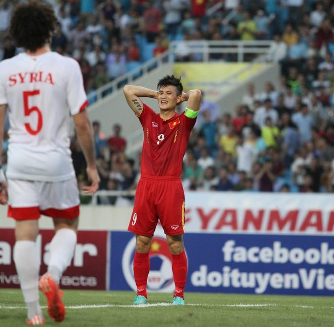 Syria tỏ ra không nguy hiểm như đội bóng đang lọt vòng loại cuối cùng World Cup 2018. Trái lại, chủ nhà Việt Nam mới là đội tạo nhiều cơ hội về phía khung thành đối phương. Trong ảnh: Công Vinh tiếc nuối sau một pha đối mặt thủ thành Almeh nhưng không ghi bàn