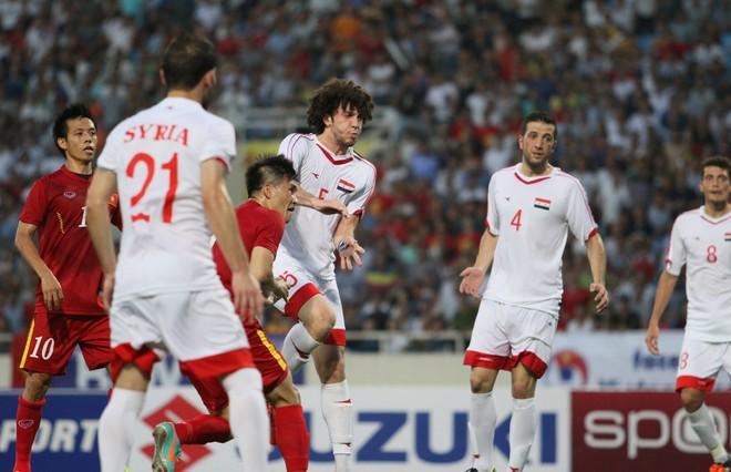Song đội trưởng ĐT Việt Nam không phải chờ lâu. Phút 33, Công Vinh đánh đầu ghi bàn mở tỷ số cho chủ nhà