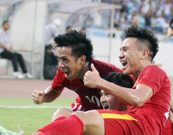 Đồng đội chung vui cùng Công Vinh sau bàn thắng