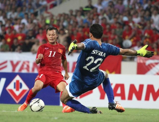 Bên hành lang cái trái, Thành Lương có nhiều pha đi bóng lắt léo, uy hiếp khung thành thủ môn Almeh