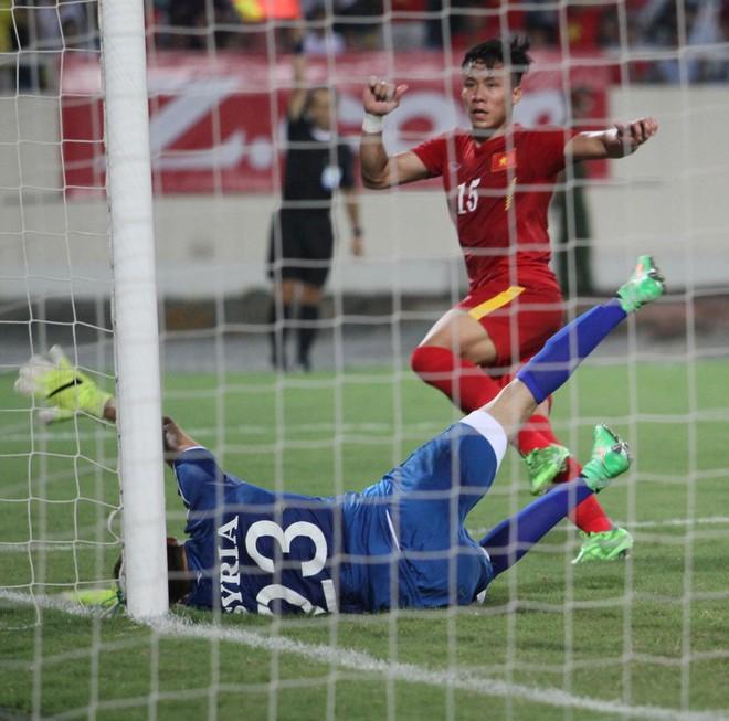 Cuối trận, Quế Ngọc Hải chọc tung lưới thủ môn Almeh nhưng trọng tài xác định trung vệ của ĐT Việt Nam đã ở tư thế việt vị