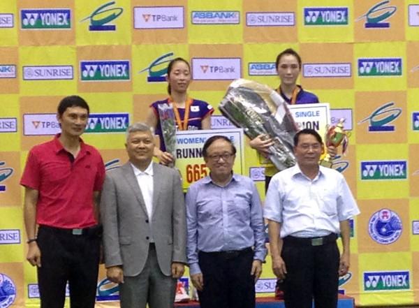 Vũ Thị Trang (hàng sau, bên phải) trên bục nhận chức vô địch đơn nữ giải
