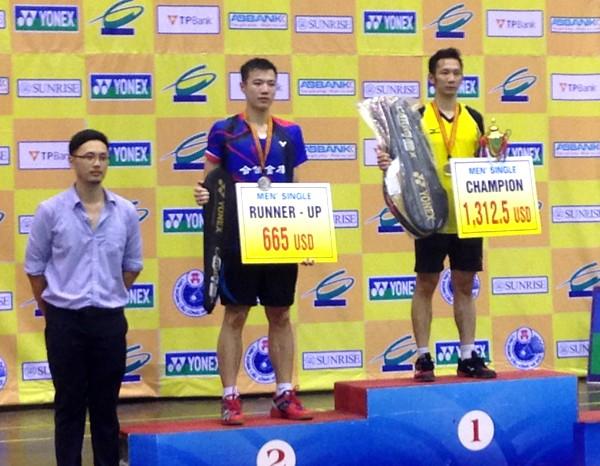 Nguyễn Tiến Minh (bên phải) giữ cúp vô địch đơn nam ở lại Thủ đô