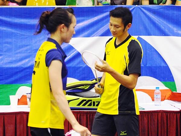 Vũ Thị Trang (bên trái) sớm bị loại ở cả nội dung đơn nữ và đôi nam nữ