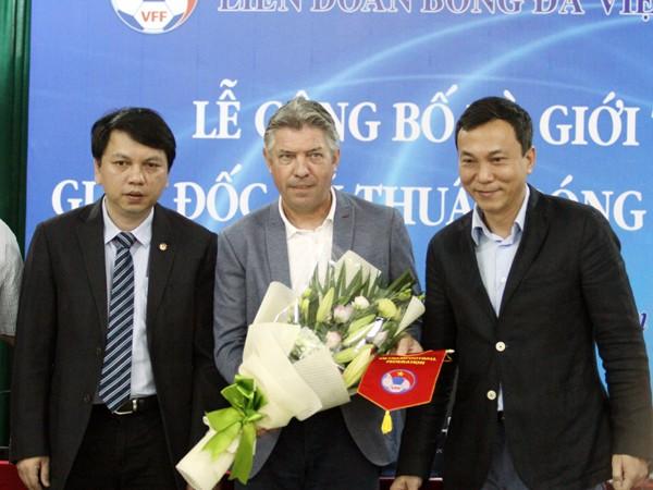 Ông Jurgen Gede nhận hoa và cờ lưu niệm từ VFF