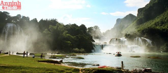 Thác Bản Giốc là danh lam nổi tiếng nằm tại biên giới giữa Việt Nam và Trung Quốc