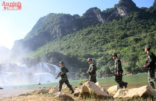 Thi vị hình ảnh tuần tra biên giới qua thác Bản Giốc ảnh 3