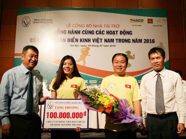 Liên đoàn Điền kinh tặng thưởng cho Nguyễn Thị Huyền (thứ hai từ trái qua) và Nguyễn Thành Ngưng để động viên tinh thần trước khi thi đấu tại Olympic 2016