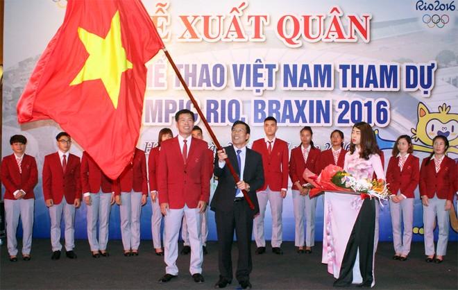 Bộ trưởng Bộ VH-TT&DL Nguyễn Ngọc Thiện phất Cờ Tổ quốc trước khi trao cho ông Trần Đức Phấn