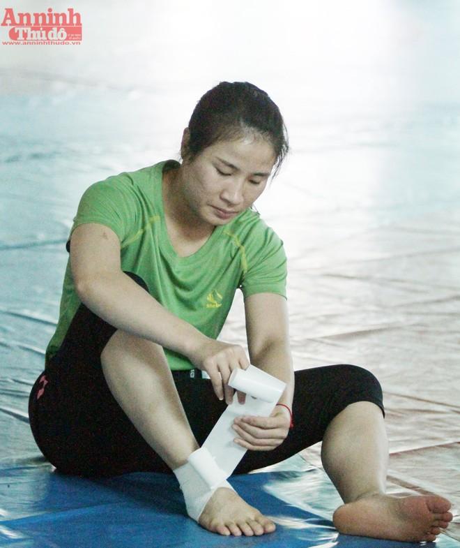 Đồng đội của cô tại Olympic - Nguyễn Thị Lụa (hạng 53kg) phải băng cổ chân trước khi tập. Sau thời gian dài thi đấu, cổ chân cô bị lỏng và thường đau mỗi khi tập cường độ cao